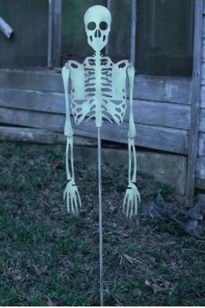 déco extérieure Halloween squelette dans le jardin