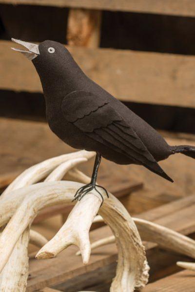 déco extérieure Halloween une figurine de corbeau
