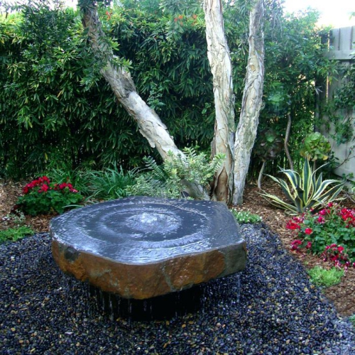 déco jardin fontaine à l' angle du jardin
