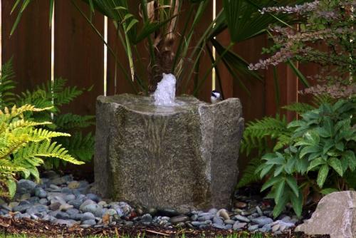 déco jardin fontaine petite source près du mur