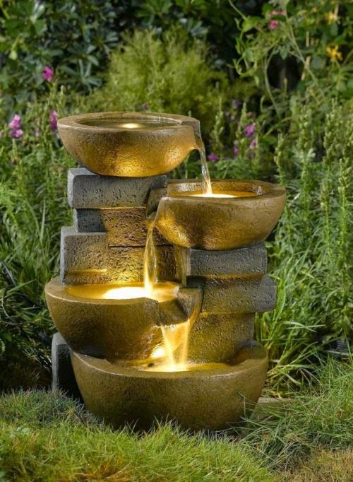 déco jardin fontaine riche végétation