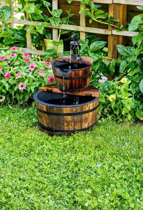 déco jardin fontaine tonneaux parmi les plantes
