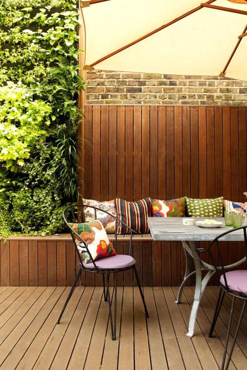 déco patio mur en briques et en bois