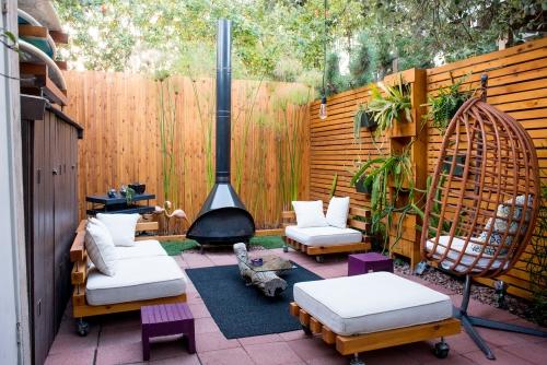 déco salon jardin coin de la cour aux brise-vue en bois