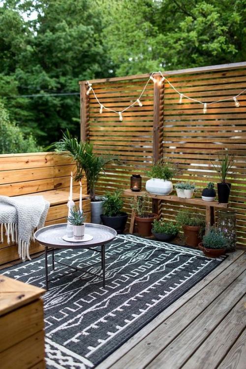 décoration balcon bois sur le sol et pour les meubles