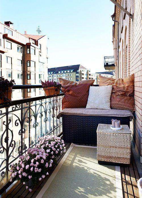 décoration balcon canapé et table en résine