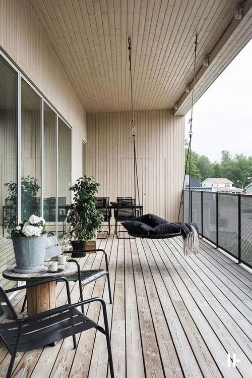 décoration balcon grand espace divisé en zones