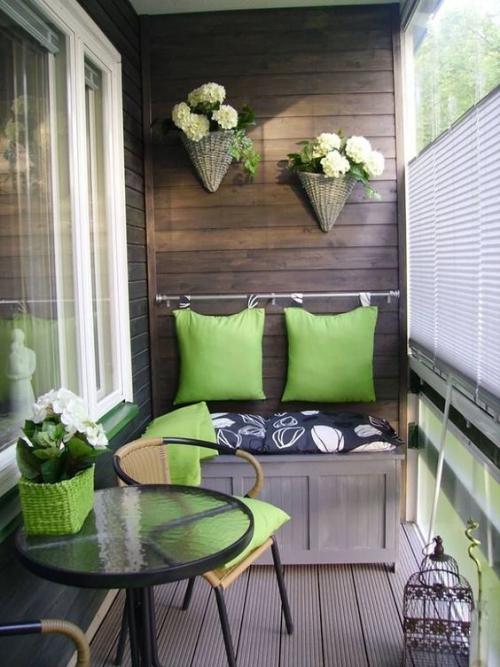 décoration balcon mur et sol revêtus en bois