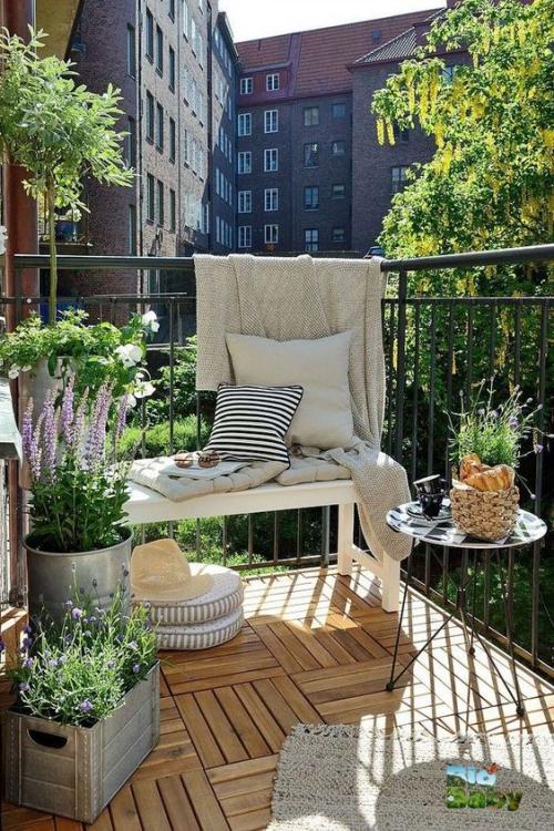décoration balcon terrasse ouverte avec garde-corps en fer