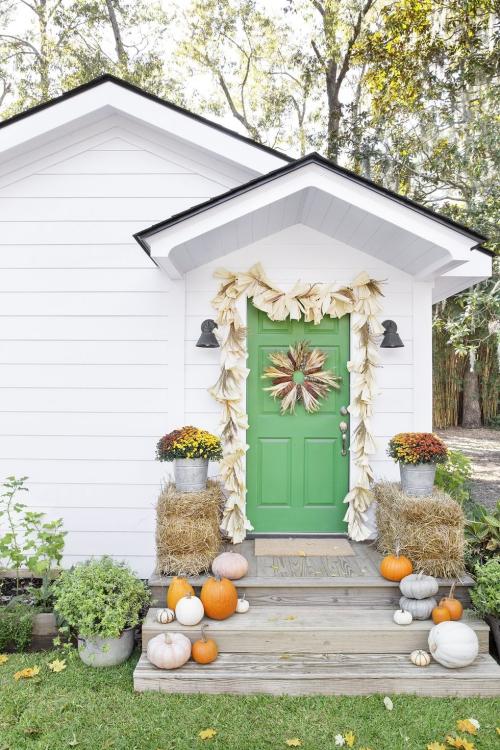 décoration citrouille quelques marches devant la porte