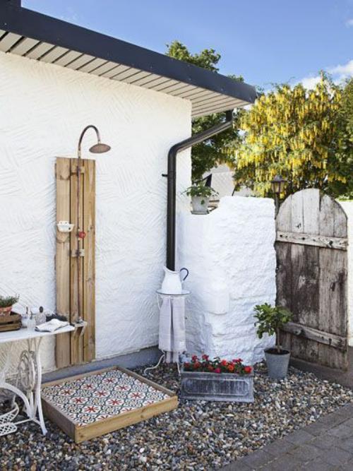 décoration extérieure coin-douche derrière la maison