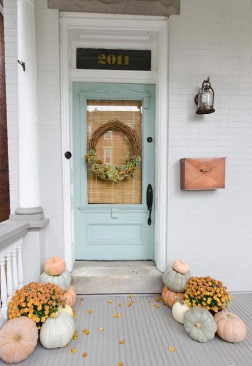 décoration jardinière extérieure couronne d' automne à la porte d' entrée