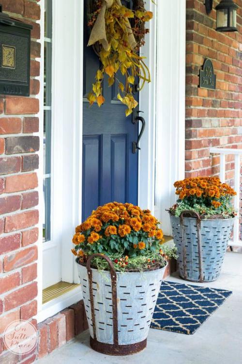 décoration jardinière extérieure couronne d' automne sur la porte