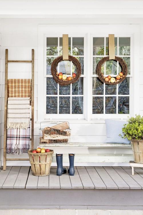 décoration jardinière extérieure couronnes d' automne sur la porte