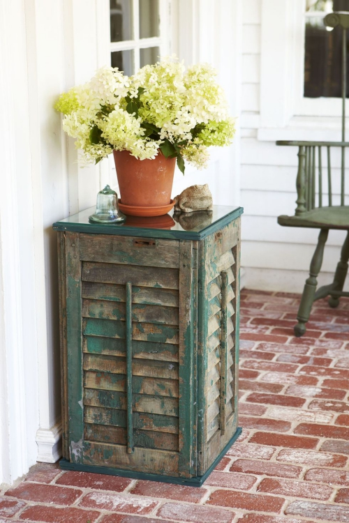 décoration jardinière extérieure placard désuet en guise de table