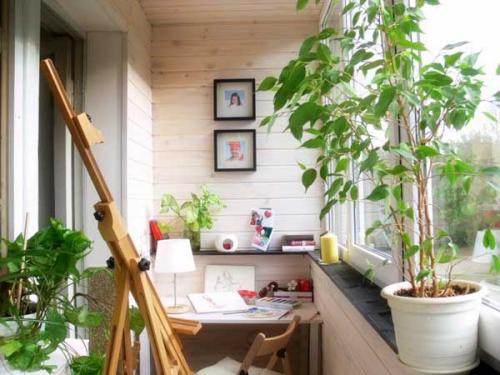 décoration petit balcon aménagé comme bureau de travail