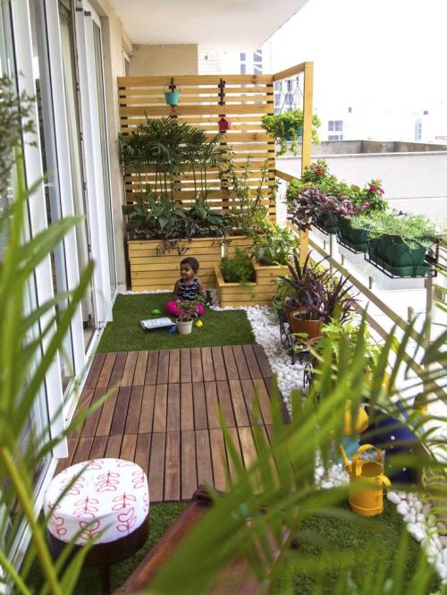 décoration petit balcon brise-vue en planches de bois