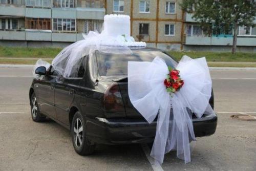 décoration voiture mariage grosse tarte sur le toit de la voiture