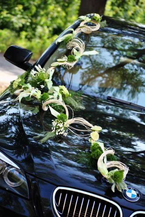 décoration voiture mariage guirlande le long de l'automobile