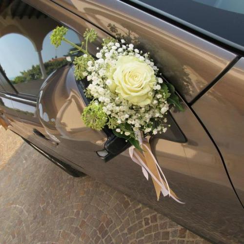 décoration voiture mariage une rose au milieu d'un bouquet