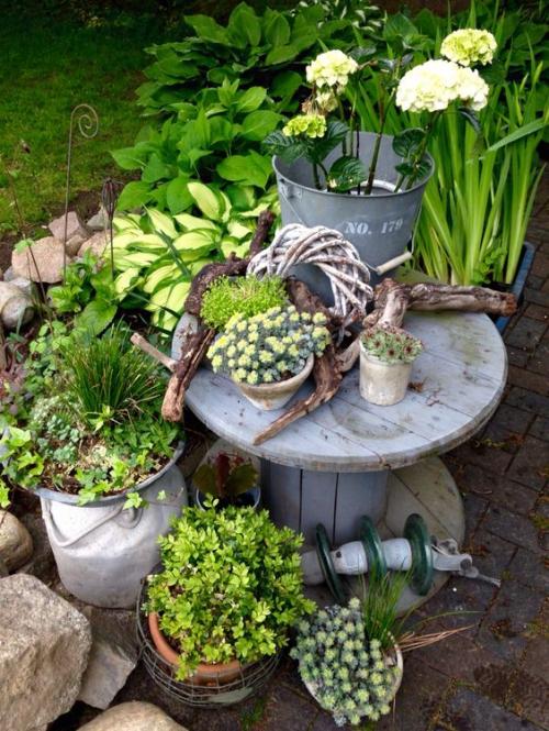 décorer le jardin avec objets de récupération bobine en bois