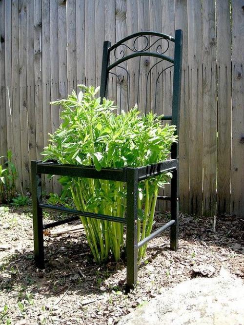 décorer le jardin avec objets de récupération chaise désuète