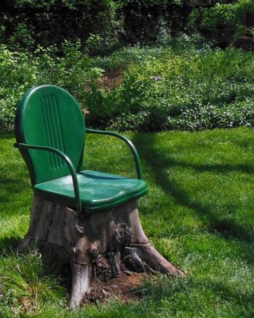 décorer le jardin avec objets de récupération chaise insolite