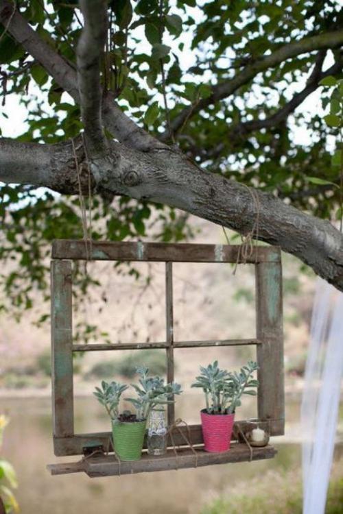 décorer le jardin avec objets de récupération le cadre de la fenêtre