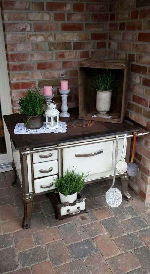 décorer le jardin avec objets de récupération le poêle servant de table