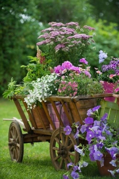 décorer le jardin avec objets de récupération petite carrosse en bois