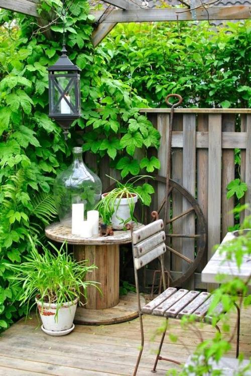 décorer le jardin avec objets de récupération roue de carrosse