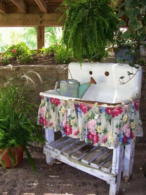 décorer le jardin avec objets de récupération vieux lavabo