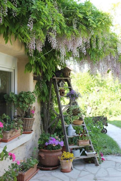 décorer le jardin avec objets de récupération vieux objets trouvés dans la grange