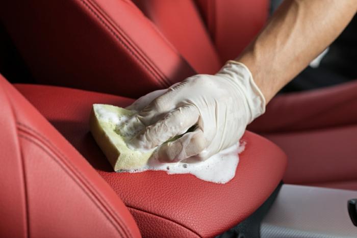 eau savonneuse pour nettoyer des sièges de voiture