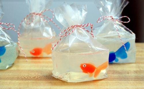 fabriquer savon glycériné avec jouet