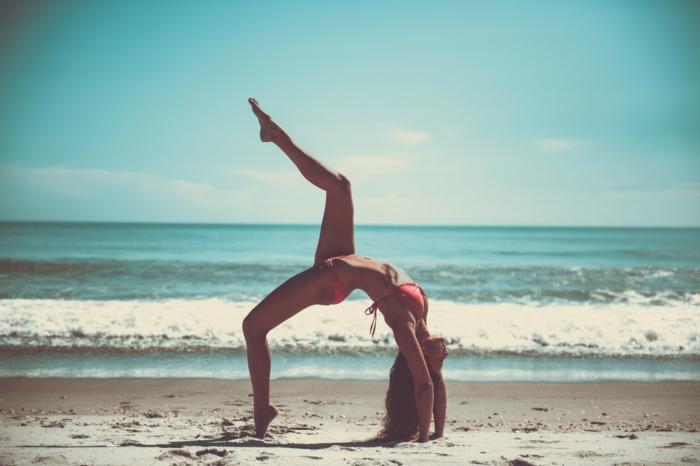 faire du yoga sur le sable idée quel sport pratiquer en été