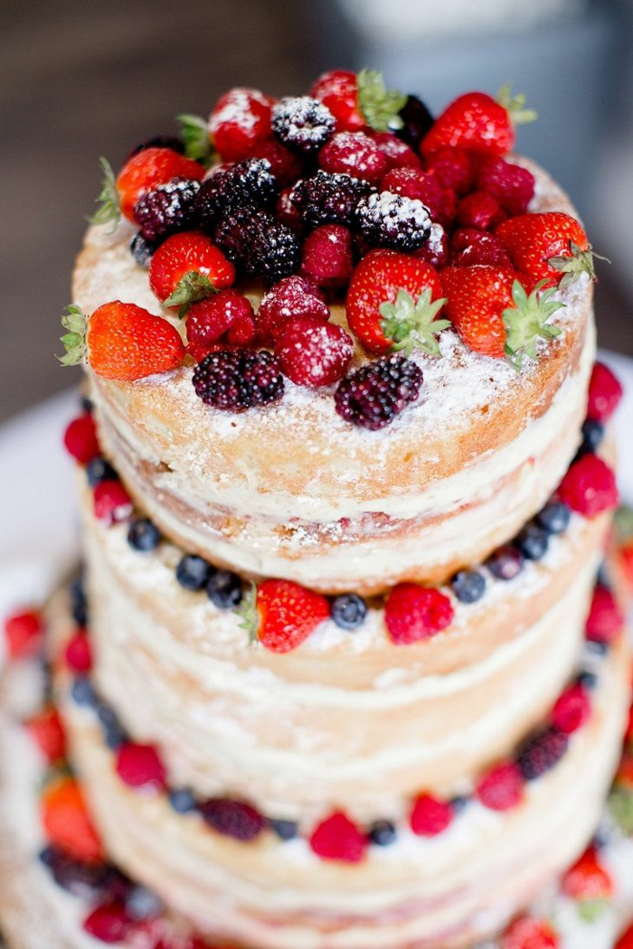 gâteau anniversaire déco avec fruits et sucre en poudre