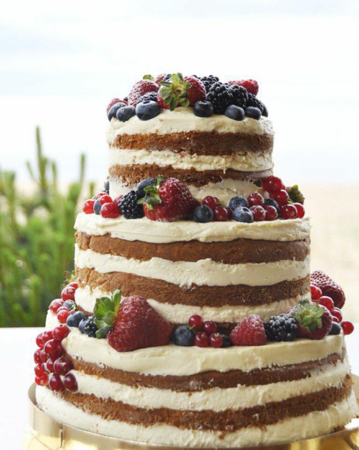 gâteau anniversaire nu avec des fruits