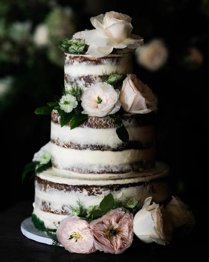 gâteau anniversaire nu avec des génoises au chocolat