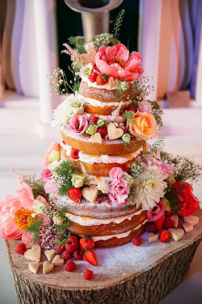 gâteau anniversaire nu décoré avec des fleurs et fruits