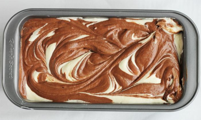 gâteau marbré dan un moule avant cuisson