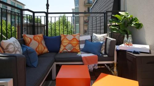 idée barrière balcon canapé en bois en L