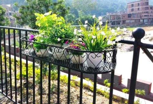 idée barrière balcon jolie jardinière en fer forgé
