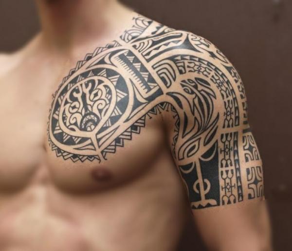 idée de modèle moderne tatouage maorie homme
