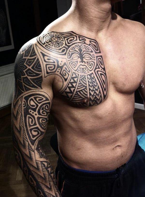 idée de tatouage maorie bras et demi-poitrine homme
