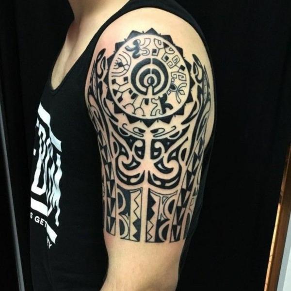 idée de tatouage maorie bras pour homme