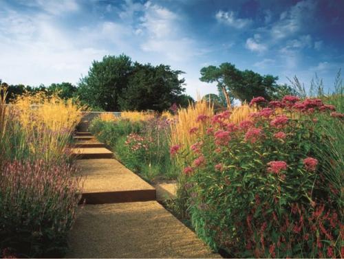 Jardin anglais: un banc parmi les fleurs ou le romantisme ...