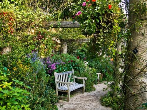 Jardin Anglais Un Banc Parmi Les Fleurs Ou Le Romantisme Classique