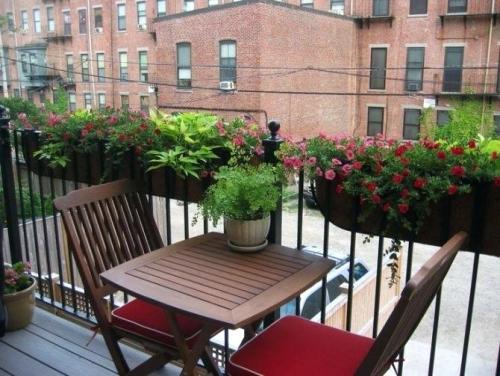 jardinière balcon pots en céramique sur le sol en bois