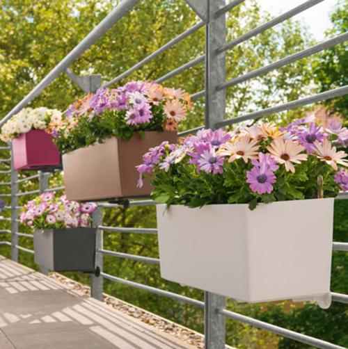 jardinière balcon sol en dalles et garde-corps en barres métalliques
